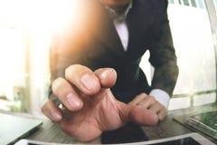 закройте вверх руки бизнесмена работая с компьютером экрана касания Стоковые Фото