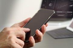 закройте вверх руки бизнесмена работая с мобильным телефоном и lapto Стоковое фото RF