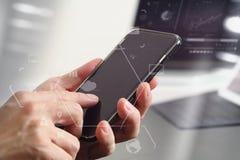 закройте вверх руки бизнесмена работая с мобильным телефоном и lapto Стоковое Фото