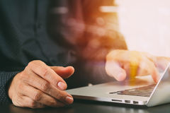 закройте вверх руки бизнесмена работая с портативным компьютером в mod Стоковые Изображения
