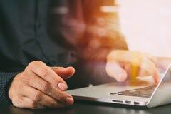 закройте вверх руки бизнесмена работая с портативным компьютером в mod Стоковое Фото
