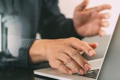 закройте вверх руки бизнесмена работая с портативным компьютером в mod Стоковые Фото
