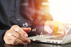 закройте вверх руки бизнесмена работая с портативным компьютером в mod Стоковое Изображение RF