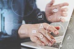 закройте вверх руки бизнесмена работая с портативным компьютером в mod Стоковое Изображение