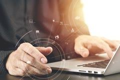 закройте вверх руки бизнесмена работая с портативным компьютером в mod Стоковая Фотография RF