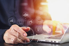 закройте вверх руки бизнесмена работая с портативным компьютером в mod Стоковые Изображения RF