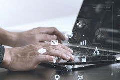 закройте вверх руки бизнесмена работая с умными телефоном и компьтер-книжкой Стоковое Фото