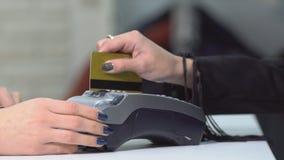 Закройте вверх руки вводя карточку банка к стержню акции видеоматериалы