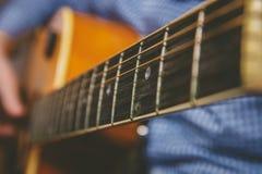 Закройте вверх руки гитариста играя гитару Стоковое фото RF