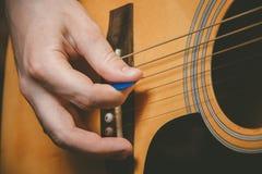 Закройте вверх руки гитариста играя гитару Стоковые Изображения RF