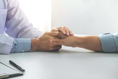 Закройте вверх руки доктора касающей терпеливой для поощрения и сопереживания на пациенте больницы, веселить и поддержки, плохой  стоковые изображения rf