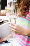 Закройте вверх руки держа шампанское стеклянный Стоковое Фото