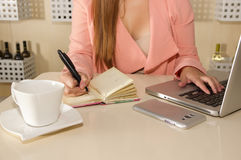Закройте вверх руки коммерсантки работая и держа с одной рукой ручка и писать на повестке дня план-график деятельности Стоковое фото RF