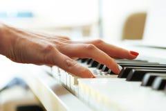 Закройте вверх руки пианистов играя рояль Отмело глубоко поля стоковая фотография rf