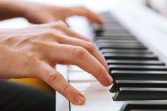 Закройте вверх руки пианистов играя рояль Отмело глубоко поля стоковое изображение rf
