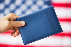 Закройте вверх руки с американским пасспортом стоковые фото