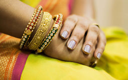 Закройте вверх руки с bangles золота Стоковое Изображение RF