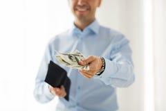 Закройте вверх рук бизнесмена держа деньги Стоковые Изображения RF