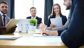 Закройте вверх рук бизнесмена подписывая контракт Стоковое Изображение