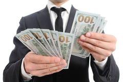 Закройте вверх рук бизнесмена подсчитывая банкноты Стоковое Изображение RF