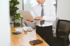 Закройте вверх рук бизнесмена работая на компьтер-книжке пустой экран Стоковая Фотография RF