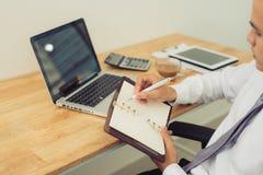 Закройте вверх рук бизнесмена работая на компьтер-книжке пустой экран Стоковое Фото