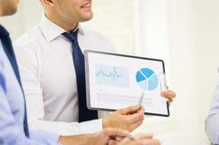 Закройте вверх рук бизнесмена с доской сзажимом для бумаги Стоковое фото RF