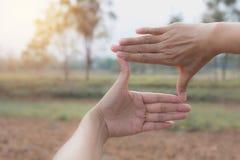 Закройте вверх рук делая рамку для того чтобы показывать Закройте вверх рук женщины Стоковая Фотография RF