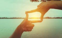 Закройте вверх рук делая рамку для того чтобы показывать Закройте вверх рук женщины Стоковые Фото