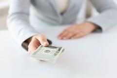 Закройте вверх рук женщины держа деньги доллара США Стоковая Фотография