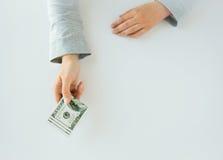 Закройте вверх рук женщины держа деньги доллара США Стоковое Изображение RF