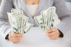 Закройте вверх рук женщины держа деньги доллара США Стоковое фото RF