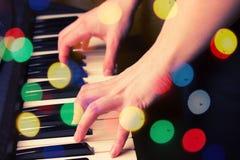 Закройте вверх рук женщины играя рояль Стоковая Фотография RF