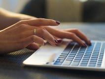 Закройте вверх рук женщины используя портативный компьютер Стоковое Изображение RF