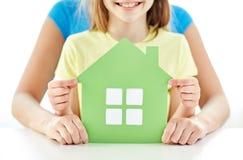 Закройте вверх рук женщины и девушки с бумажным домом Стоковое Изображение RF