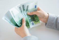 Закройте вверх рук женщины подсчитывая деньги евро Стоковые Фотографии RF