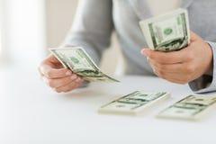 Закройте вверх рук женщины подсчитывая деньги доллара США Стоковые Изображения