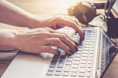 Закройте вверх рук женщины работая с компьтер-книжкой Стоковое Фото