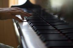 Закройте вверх 2 рук играя рояль Стоковое Фото