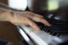 Закройте вверх 2 рук играя рояль Стоковая Фотография RF