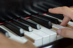Закройте вверх 2 рук играя рояль Стоковые Изображения RF