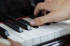 Закройте вверх 2 рук играя рояль Стоковое фото RF