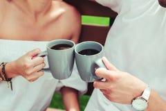Закройте вверх рук которые держащ чашки стоковые фотографии rf