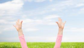 Закройте вверх рук маленького ребенка поднятых вверх Стоковое фото RF