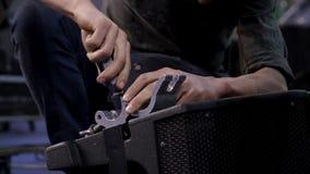 Закройте вверх рук привинчивая совместно части мебели Человек привинчивая винт с отверткой Стоковое фото RF