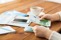 Закройте вверх рук путешественника подсчитывая деньги евро Стоковое фото RF