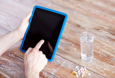Закройте вверх рук с ПК, пилюльками и водой таблетки Стоковые Изображения RF