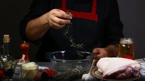 Закройте вверх рук шеф-повара подготавливая костяшку свинины маринад розмаринового масла и пива в баварском рецепте Меню Oktoberf стоковая фотография rf