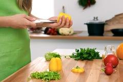 Закройте вверх рук ` s женщины варя в кухне Домохозяйка отрезая свежий салат Стоковые Фотографии RF