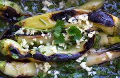 Закройте вверх салата зеленого перца - испеченных зеленых перцев с чесноком и петрушкой в оливковом масле Стоковые Изображения